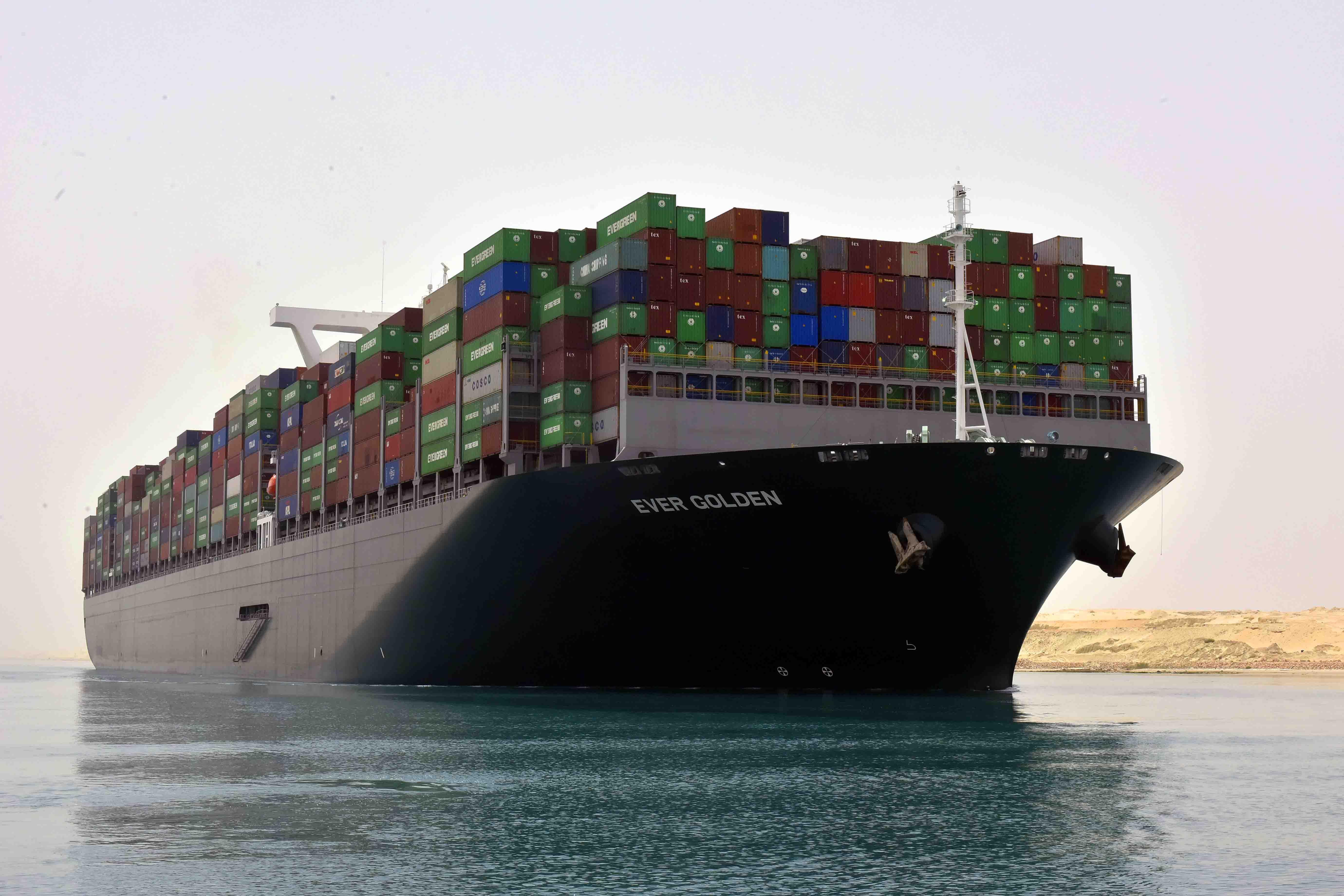 السفينة Ever4-  Golden تعبر القناة من السويس متجهه إلى بورسعيد