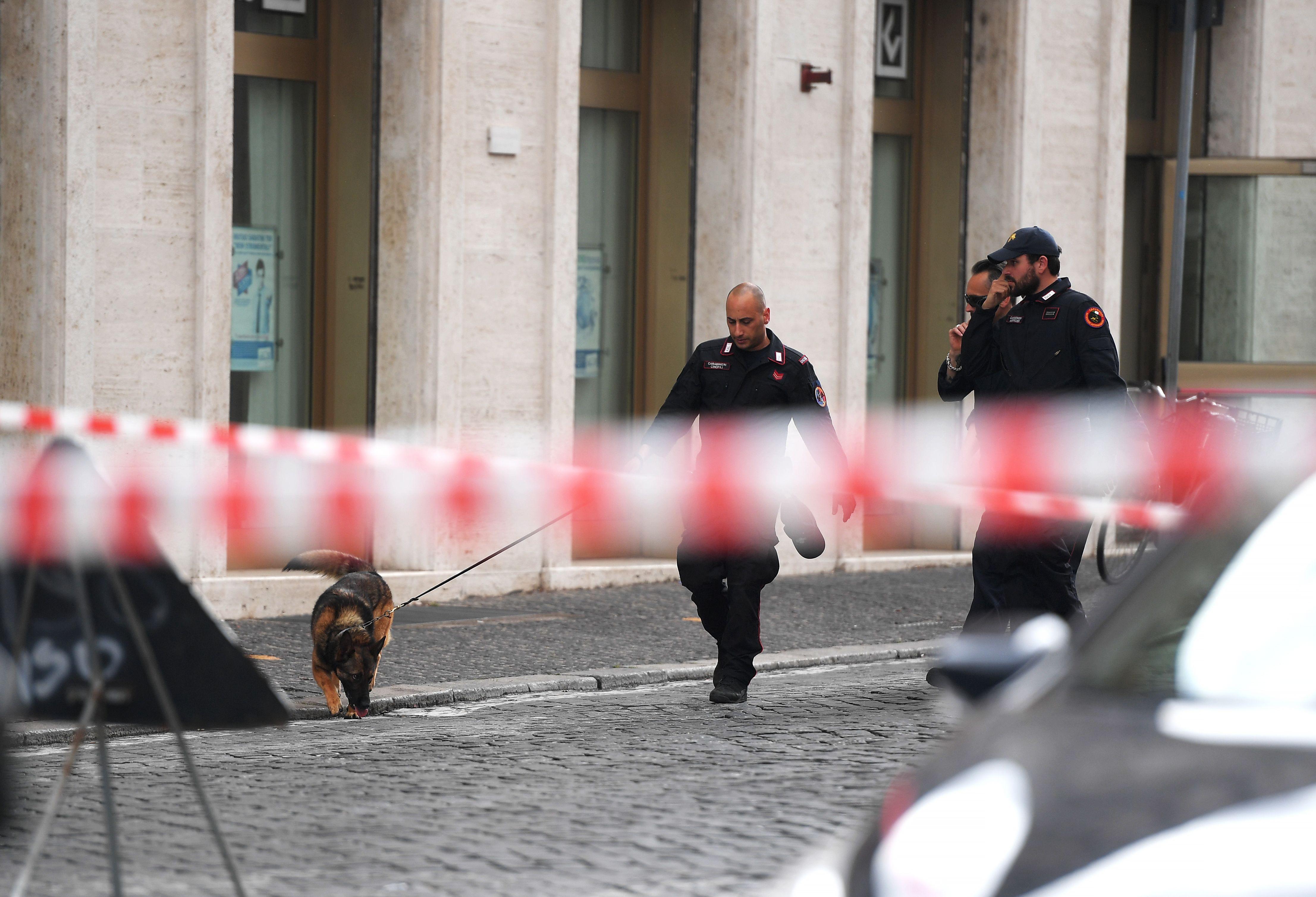 1138233-صور-انذار-قرب-الفاتيكان-بسبب-العثور-على-قنبلة-(7)