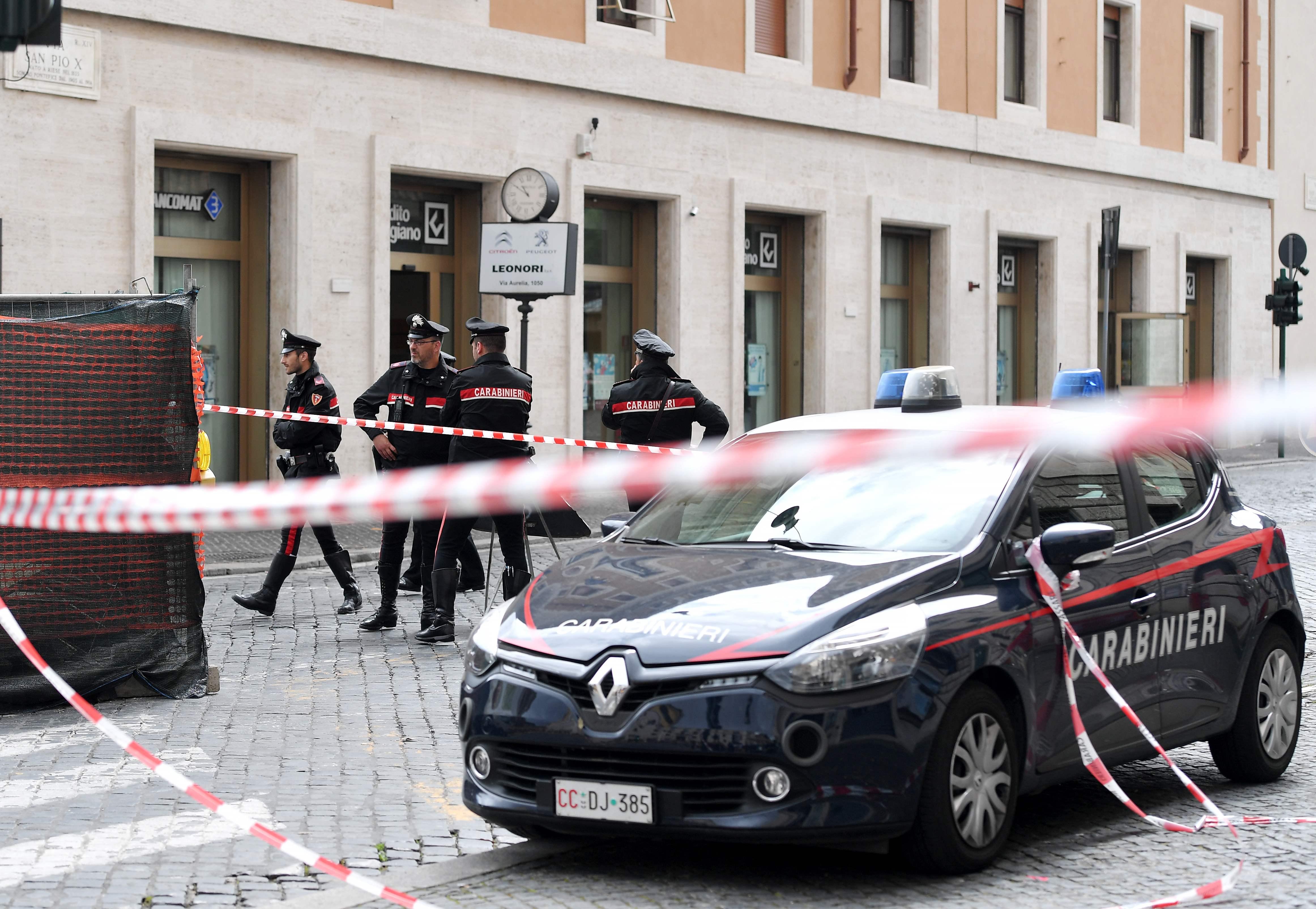 1156206-صور-انذار-قرب-الفاتيكان-بسبب-العثور-على-قنبلة-(11)