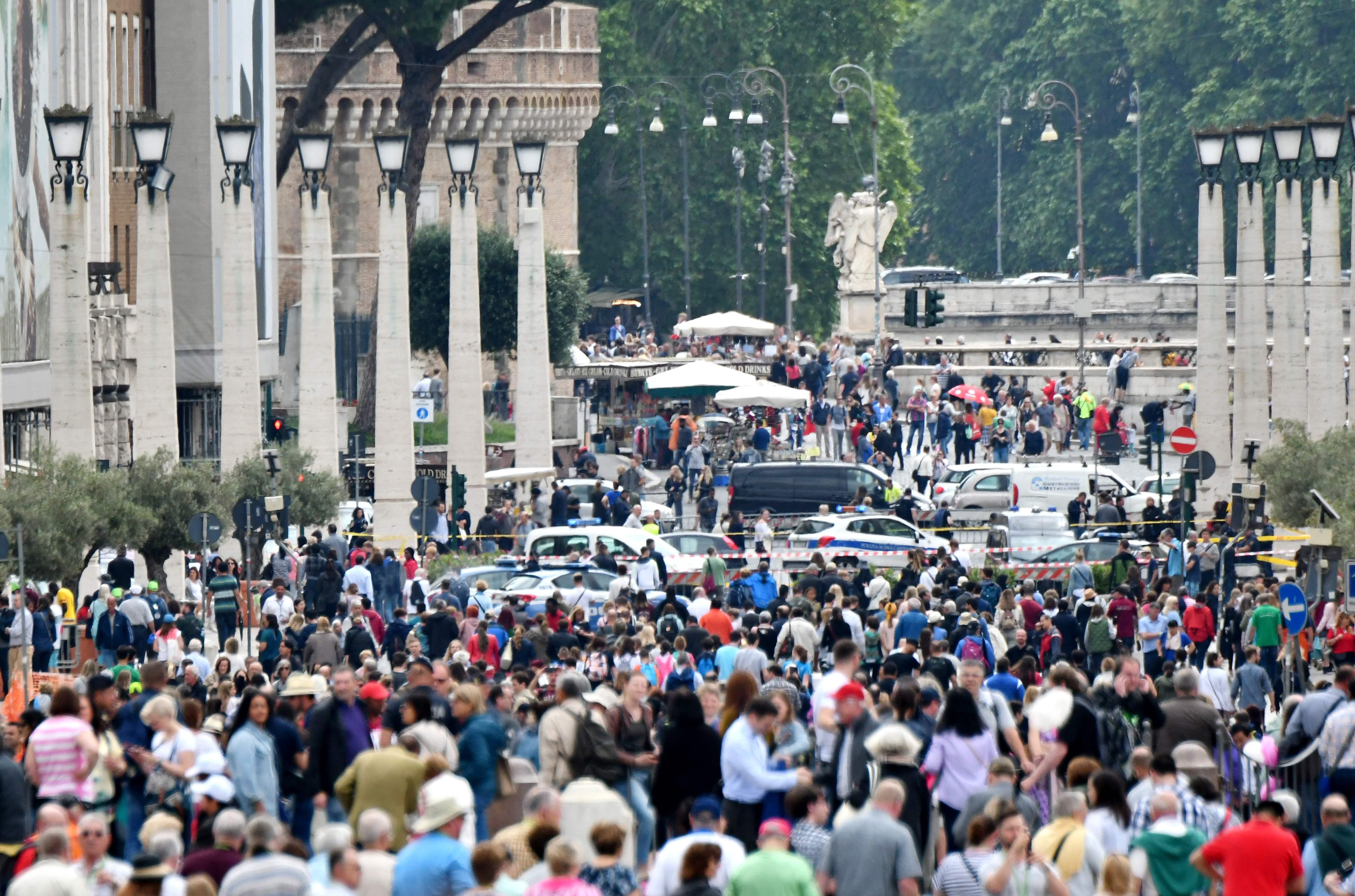 1287476-صور-انذار-قرب-الفاتيكان-بسبب-العثور-على-قنبلة-(9)
