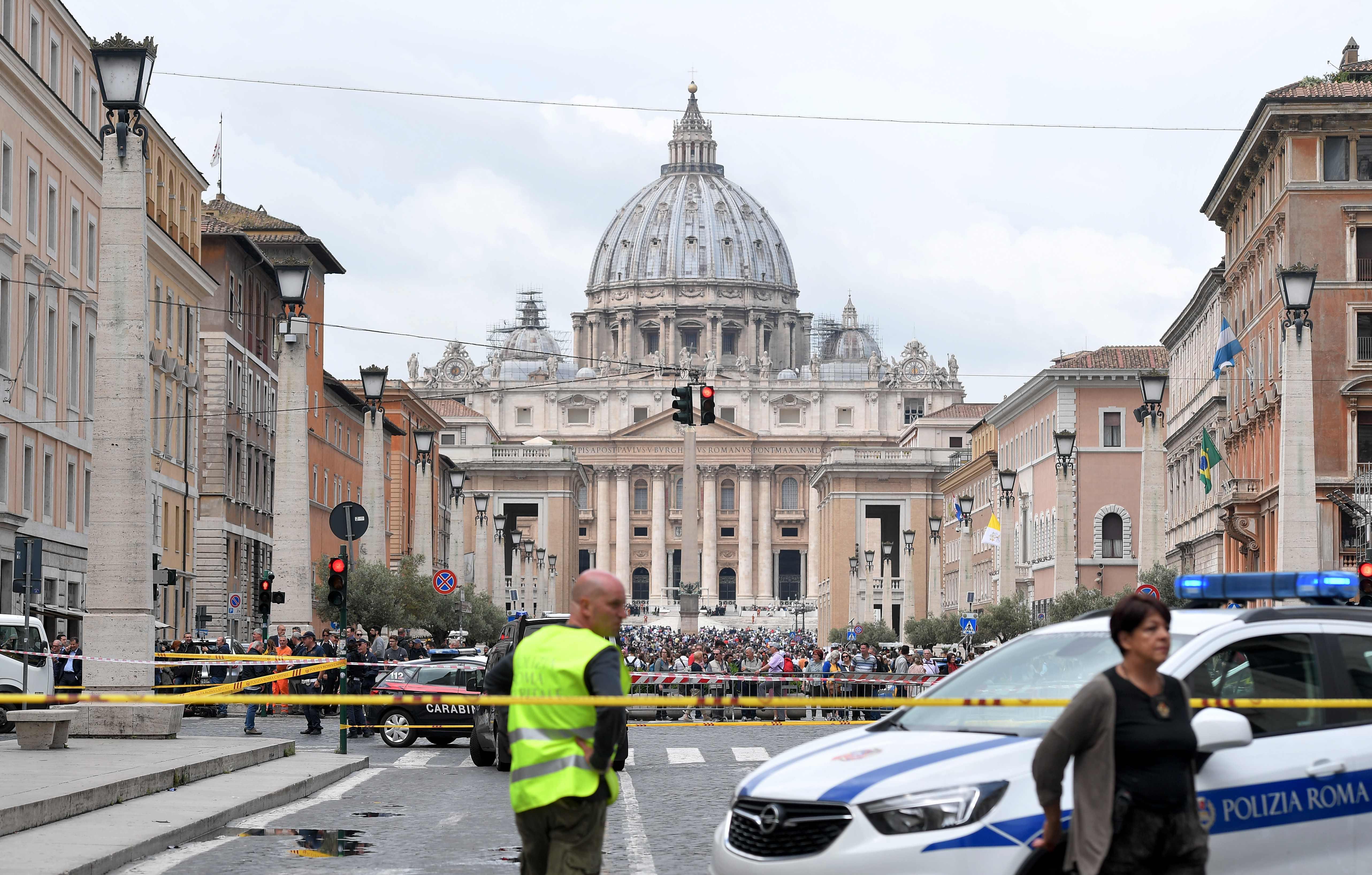 1323653-صور-انذار-قرب-الفاتيكان-بسبب-العثور-على-قنبلة-(13)