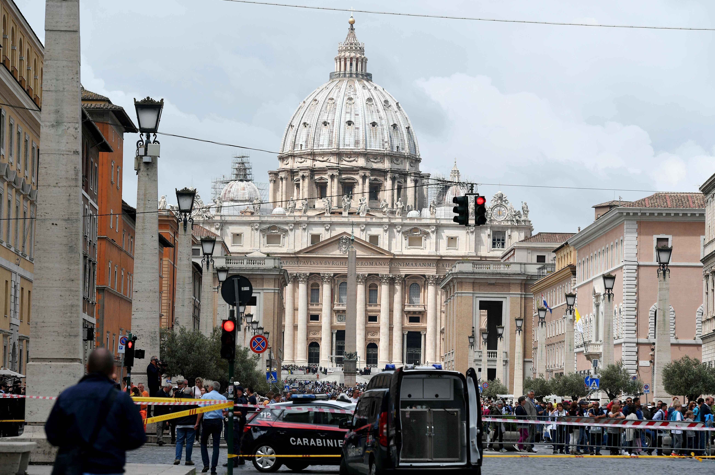 1458200-صور-انذار-قرب-الفاتيكان-بسبب-العثور-على-قنبلة-(12)
