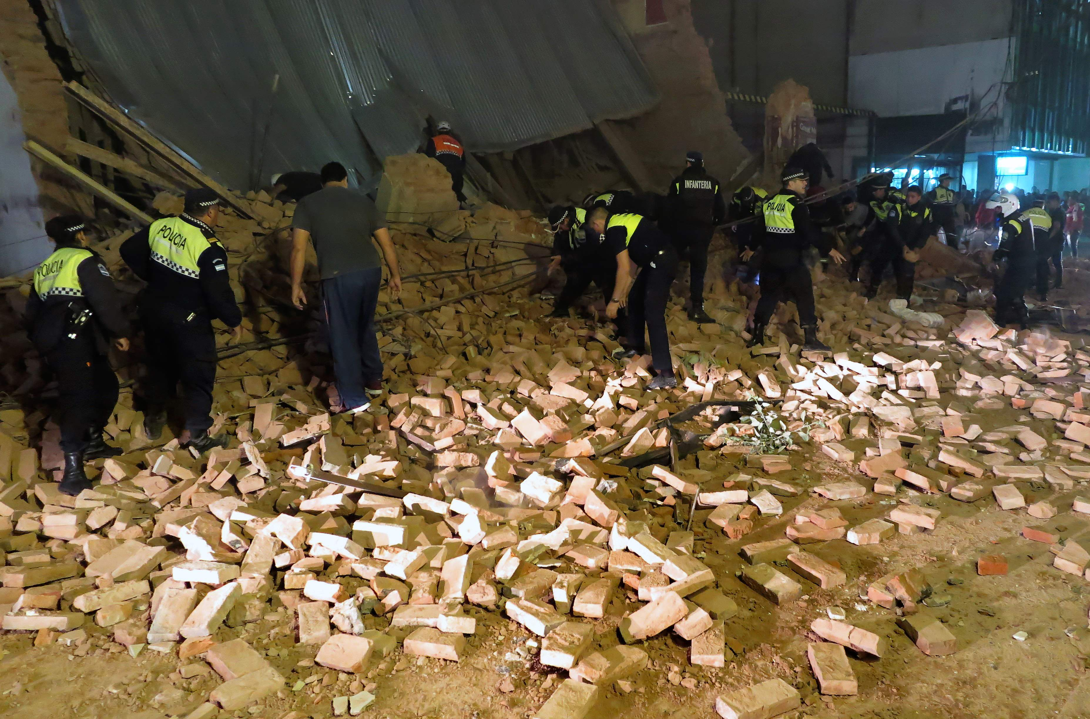 967924-الشرطة-الارجنتينية-بموقع-انهيار-السينما