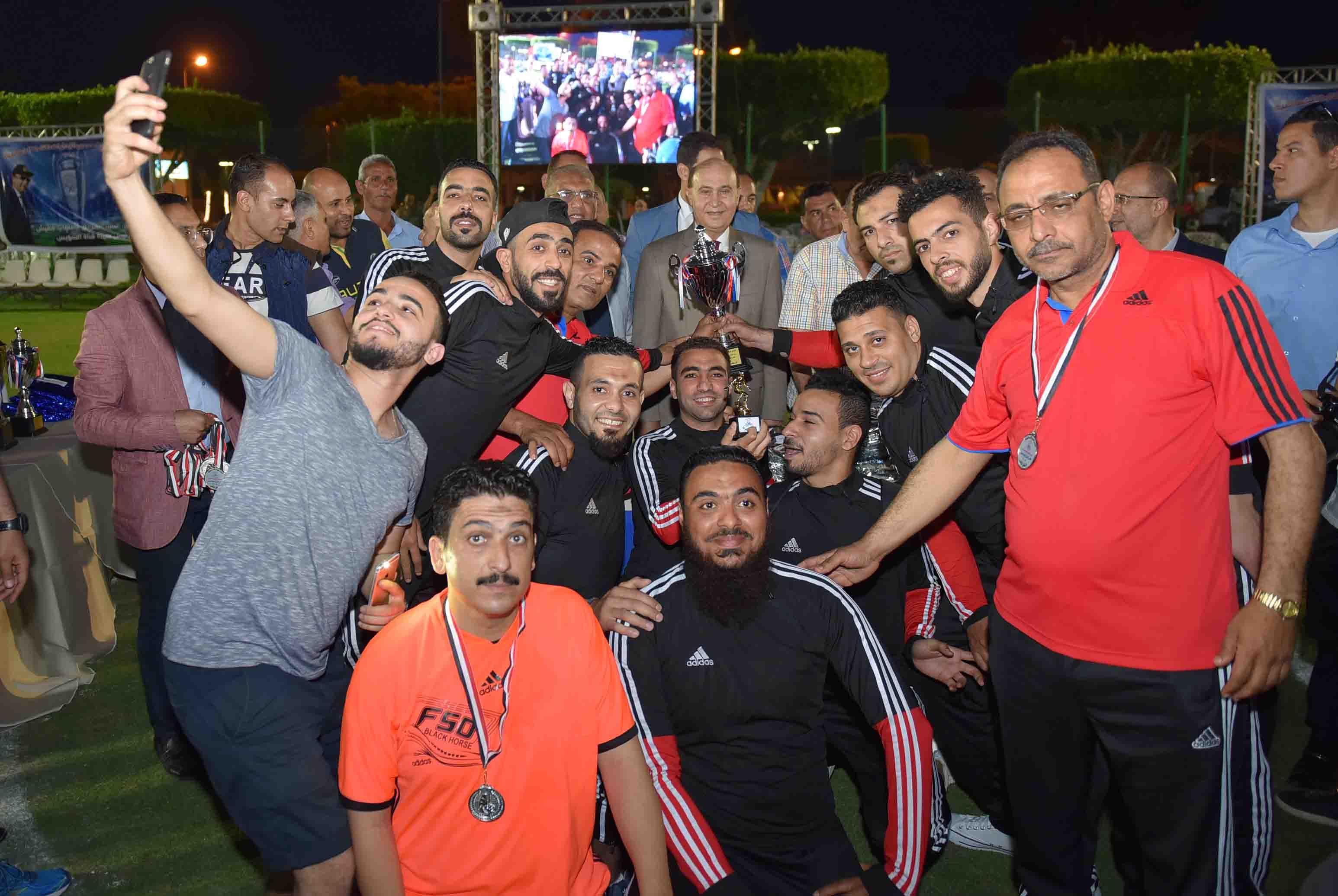 4- صورة جماعية للفائزين مع الفريق مميش