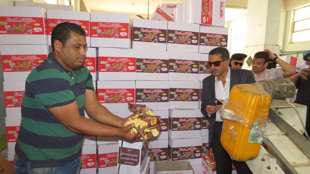 مدير امن الاسماعيلية يداهم مصنع مواد غذائية غير مرخص (3)