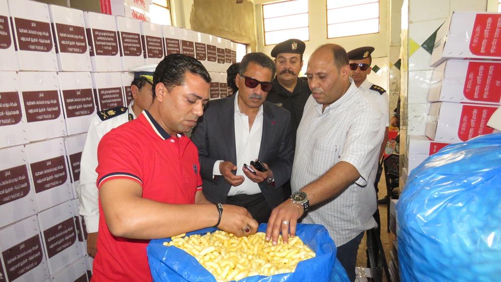 مدير امن الاسماعيلية يداهم مصنع مواد غذائية غير مرخص (14)