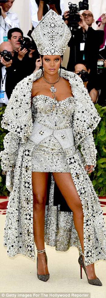 4BF4618500000578-5701183-Absolutely_stunning_Rihanna_took_over_the_Met_Gala_red_carpet_on-m-399_1525742105298