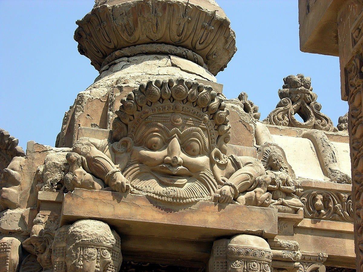 الإله الهندوسي بمدخل القصر