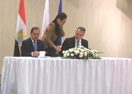 الوزيران المصرى والقبرصى خلال توقيع الاتفاق المشترك