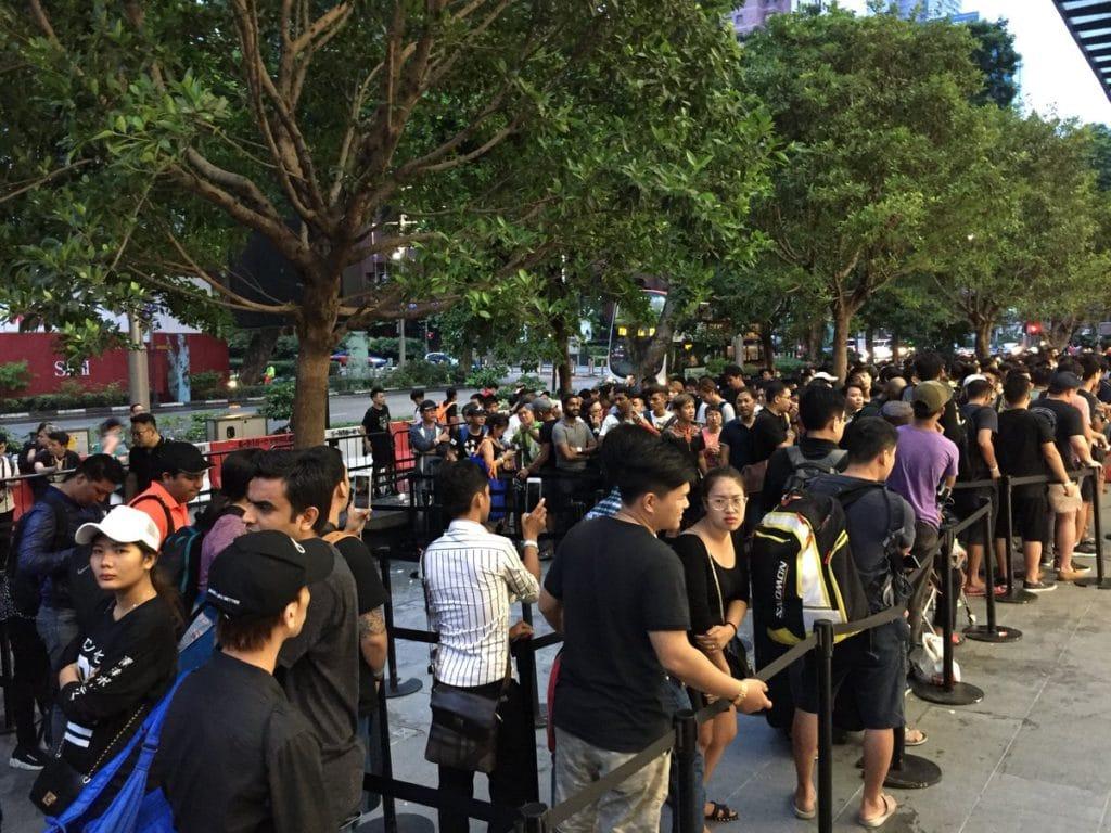 Apple-Store-queue