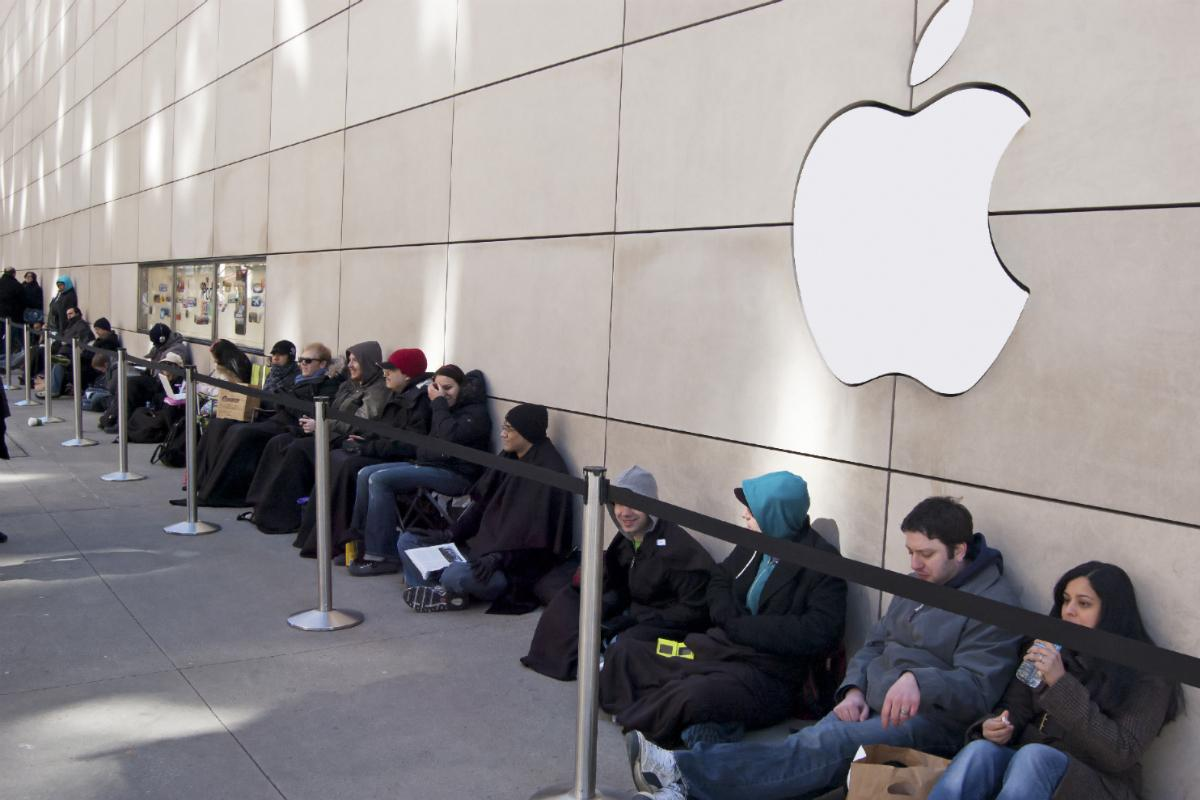 apple-dreaming-about-lines-at-apple-stores-for-iphone-x-launch-518201-2