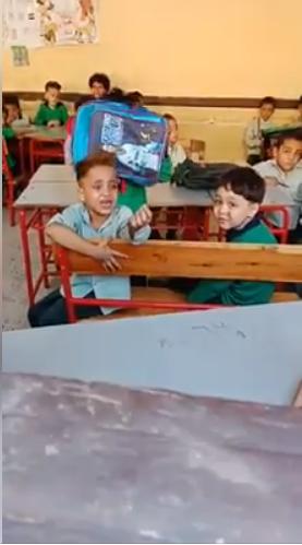الطفل يبكي داخل الفصل