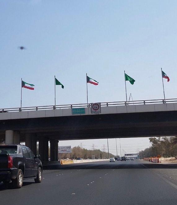 اعلام السعودية  في شوارع الكويت ترحيبا بالأمير محمد بن سلمان