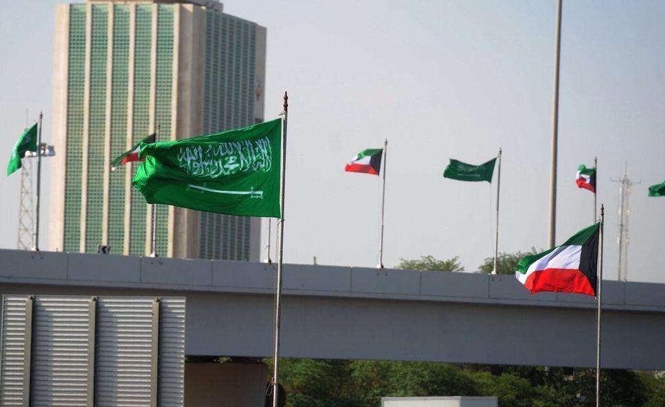 اعلام السعودية تزين شوارع الكويت