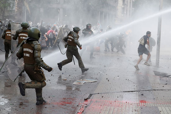 رشاشات المياه وسيلة الشرطة لتفريق المتظاهرين