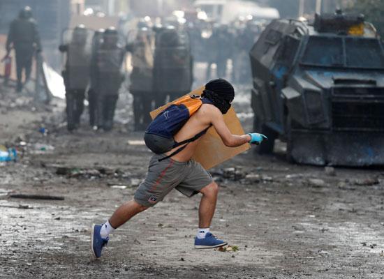 على الرغم من تراجع الحكومة عن قرارتها.. المتظاهرون يواصلون التصعيد