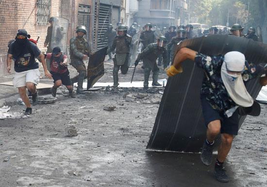 كر وفر بين الشرطة والمتظاهرين فى تشيلى