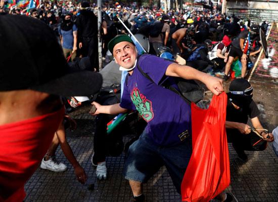 متظاهرون يلقون رجال الأمن بالحجارة