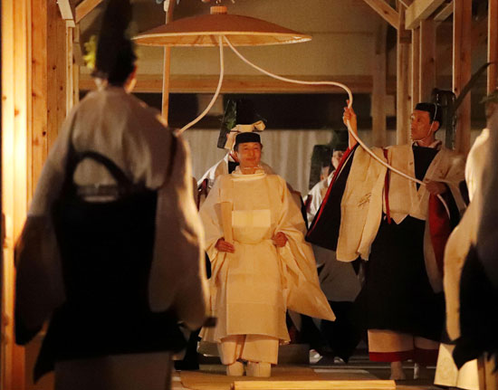 إمبراطور اليابان يمارس أخر طقوس تتويجه