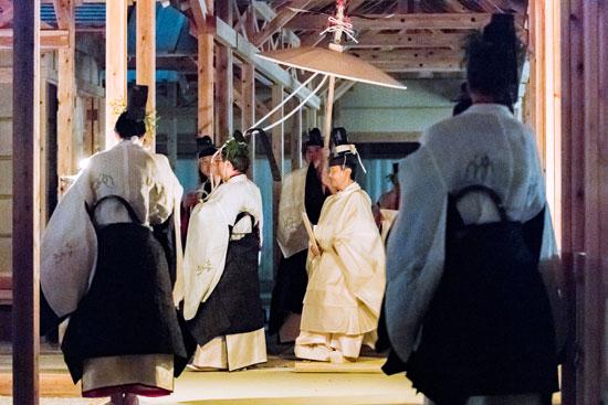 إمبراطور اليابان تولى منصبه منذ أسابيع خلفا لوالده