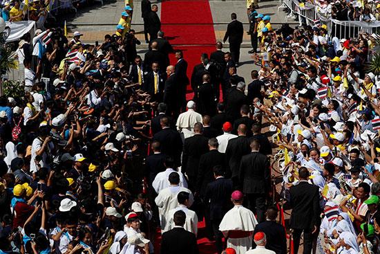 البابا وسط حشود بشرية خلال دخول الكنيسة