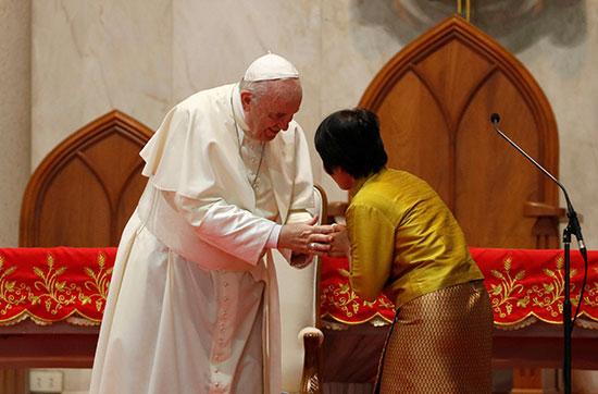 سيدة تقبل يد البابا داخل الكنيسة