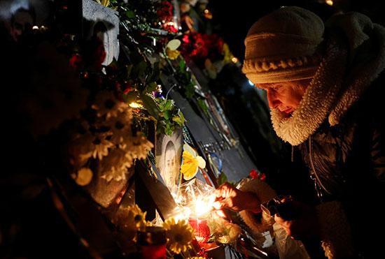 إضاءة الشموع أمام النصب التذكارى للضحايا