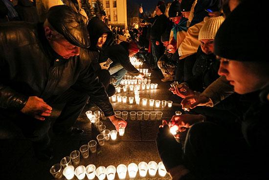 إضاءة الشموع على أرواح الضحايا فى ميدان الاستقلال
