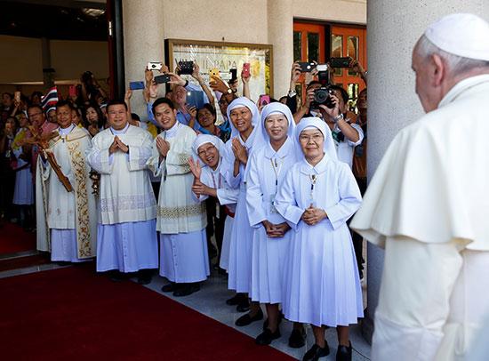 راهبات الكنيسة فى استقبال البابا