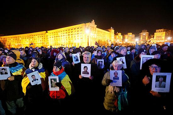 المئاب يرفعون صور الضحايا فى ميدان الاستقلال
