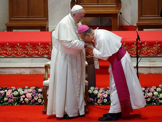 الأسقف جوزيف براتان يقبل يد البابا فرانسيس