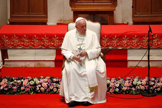 البابا داخل كنيسة سانت بيتر