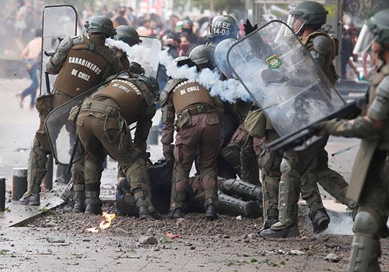 قوات الشرطة تحاصر متظاهر أرضا
