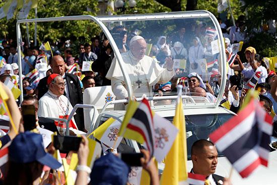 البابا فرنسيس داخل سيارة مكشوفة