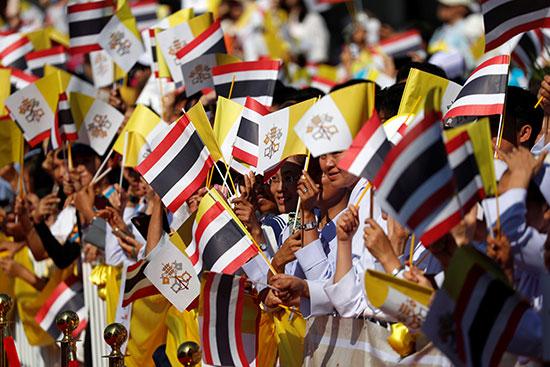 أبناء تايلند يستقبلون البابا بعلم بلادهم