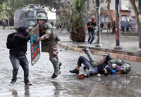 عنف قوات الشرطة تجاه المتظاهرين