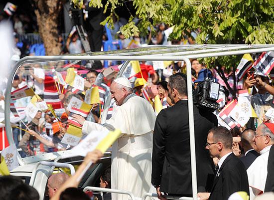 بابا الفاتيكان يرد تحية التايلنديين