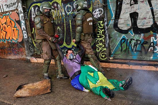 الشرطة تجر متظاهر على الأرض