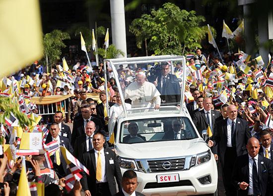 البابا فى سيارة مكشوفة وسط الحشود الجماهيرية