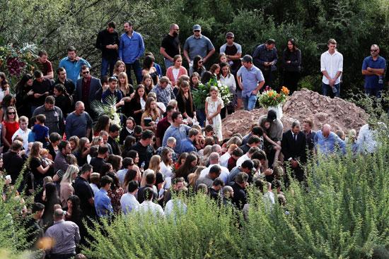 لحظة صمت أثناء دفن جثث الضحايا