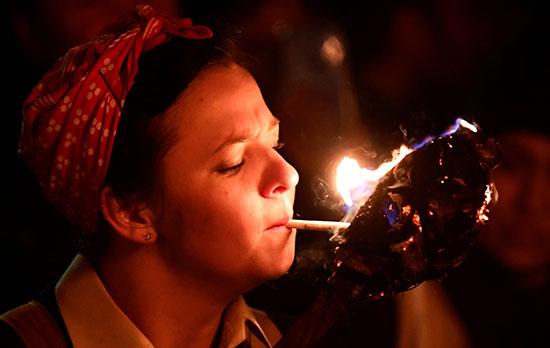 فتاة تشعل سيجارة خلال الاحتفال