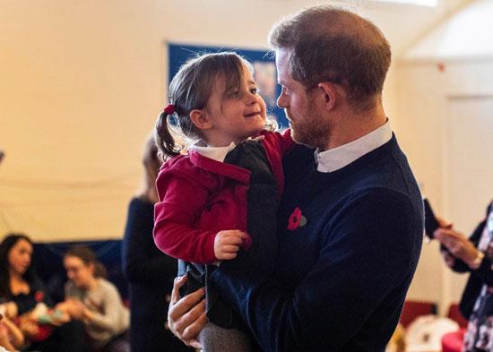 الامير-هارى-يحمل-ابنة-احد-العاملين-فى-وندسور