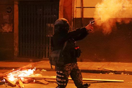 متظاهر يطلق النار فى الهواء