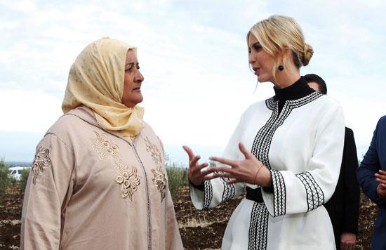 يفانكا ترامب ابنة ومستشارة الرئيس الأمريكي دونالد ترامب تتحدث مع المزارعات المحليات في مدينة سيدي قاسم