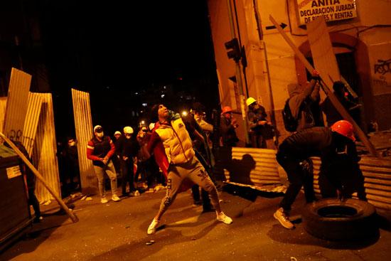 المتظاهرون يقتحمون الحواجز الأمنية