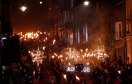 الآلاف يشعلون النار فى ليلة البون فاير