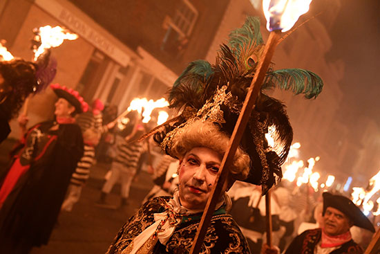 سيدة تحمل شعلة نارية خلال الاحتفالات