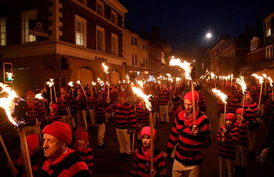 مسيرات بالشعلة النارية فى البون فاير
