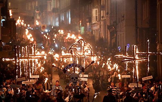 احتفالات حاشدة بليلة الألعاب النارية