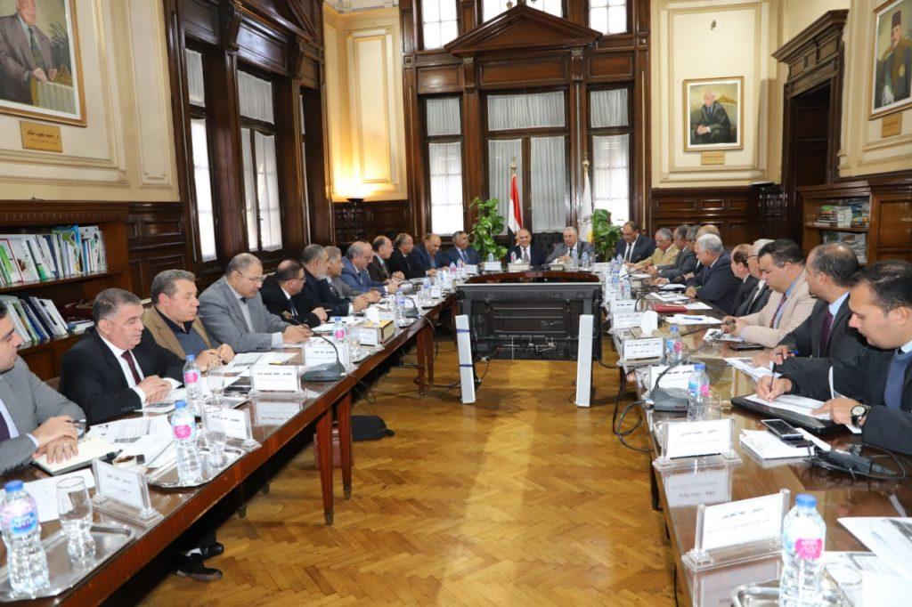 الوزيران و قيادات الوزارتين خلال الاجتماع التنسيقى